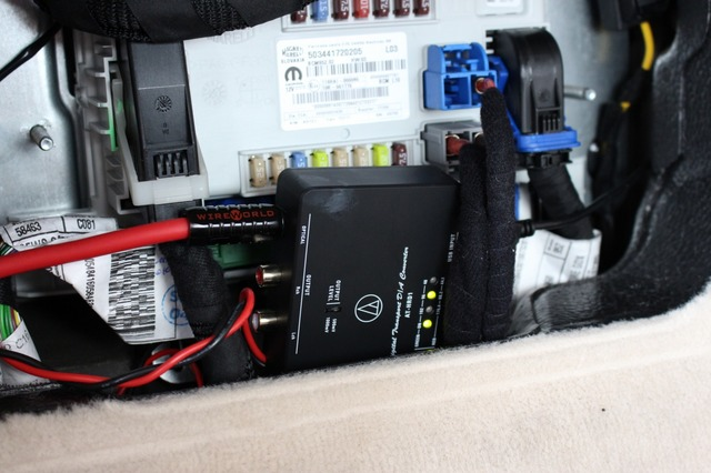 グローブボックス奥のデッドスペースに装着されているのがオーディオテクニカのAT-HRD1。DDCとしてもDACとしても利用する。