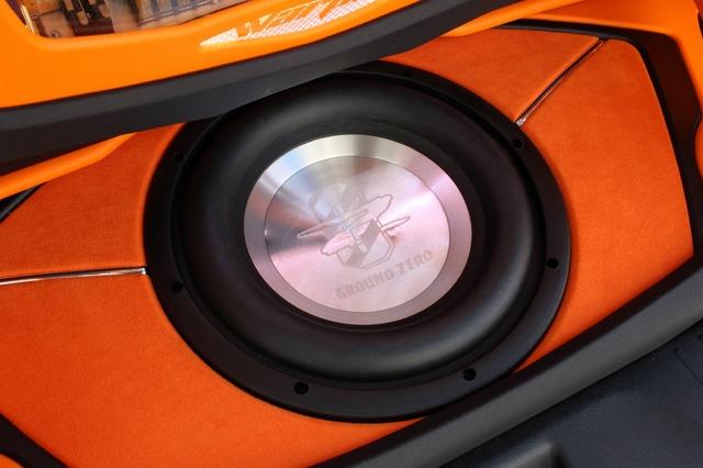 フロアにはグラウンドゼロのサブウーファーをインストール。周囲にはイメージカラーとなっているオレンジを使った処理が美しい。