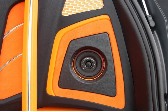 ラゲッジ両サイドにはコアキシャルスピーカーをビルトイン。カーボンやオレンジレザーを使ったコンビネーションも見どころ。