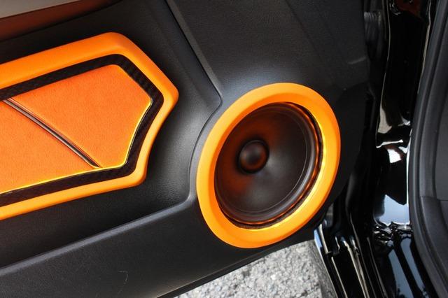 フロントスピーカーにはグラウンドゼロのGZNC1650SQ-LTDをチョイス。ミッドバスはドアにアウターバッフル化して取り付けられる。