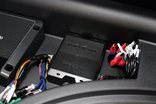 ロックフォードのデジタルプロセッサーDSR1もトレー部分の空きスペースをうまく活用してインストールされる。