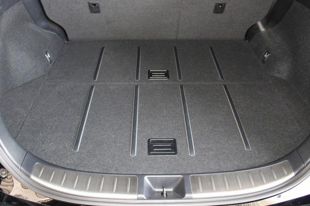 フロアパネルを用いることでこのようにラゲッジ全面を荷室として利用できる。普段使いにもまったく支障の無い作りが見事。