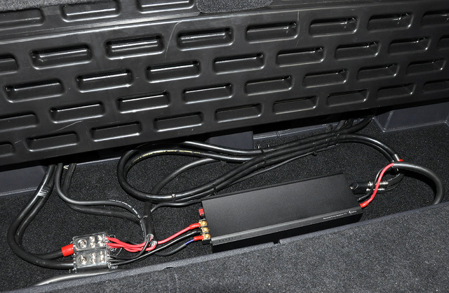 ラゲッジ奥にある使うことが無かった小物入れスペースにサブウーファー用のパワーアンプが設置される。無計画なシステムアップなのでRCAケーブルを束ねることになった。