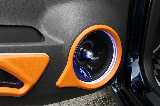 アウターバッフルはグリルデザインなどにも工夫がある。オレンジカラーを使う処理に加え、アクリルによるプロテクションも設置。