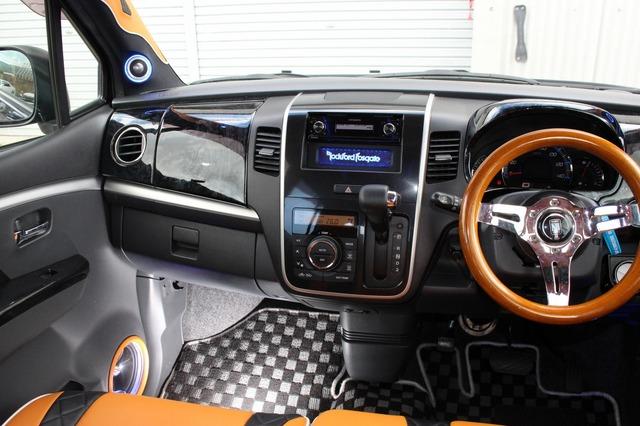 コクピットには要所要所にオレンジカラーを配置して統一感を引き出す。ユニットを引き立たせるアイデアでもある。
