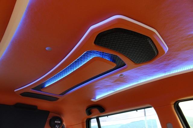 シーリングのカスタムも手が込んでいる。オレンジのレザーを使って中央部には間接照明を設置。立体的な作りが特徴のカスタムだ。