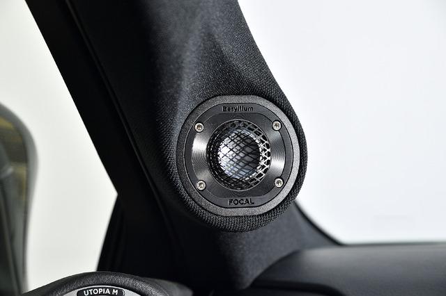 Aピラーに埋め込まれたトゥイーターは視界を遮らず音響的にも効果的な角度を付けて装着されている