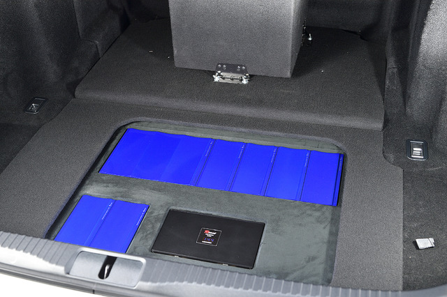 ラゲッジにはフラットにパワーアンプを設置。蓋をすれば荷物も気にせず載せられる仕様