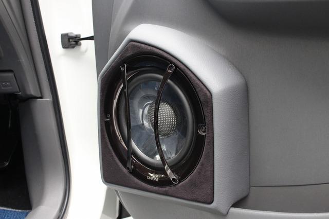アウターバッフル化されたドア。ダイヤトーンのDS-SA1000のミッドバスをインストール。周辺のデザインも手が込んでいる。