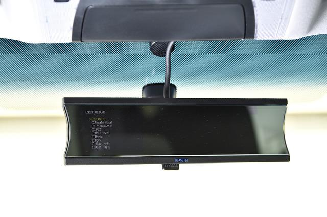 ソースユニットはバックミラーに装着するメディアプレイヤー「MM-1DK」を装着