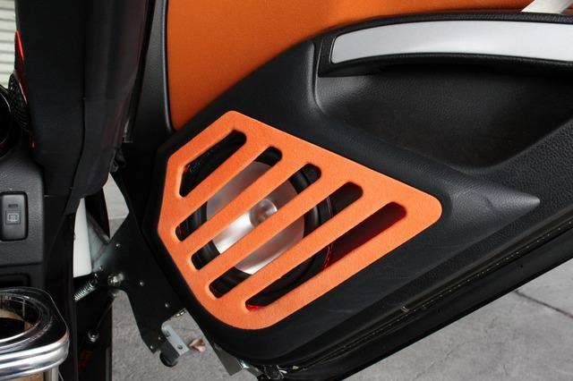 ガルウイングをオープンしたときにクローズアップされるのがドアのミッドバス。アルミ振動板がキラリと光りアクセントになる。