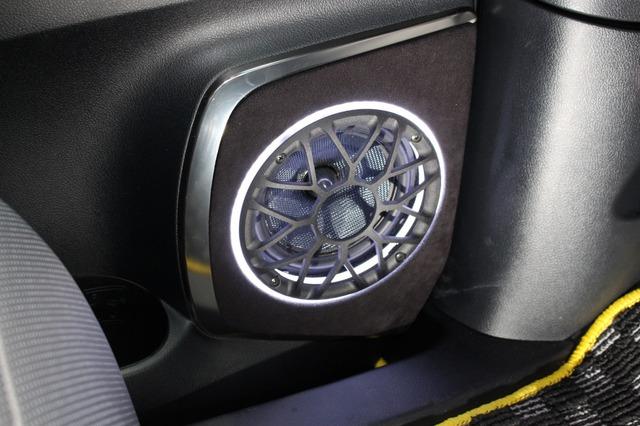 ドアの純正位置にミッドバスを設置。アウターバッフル化されてサウンド面でも魅力的。イルミを使ったデザインも効果的。