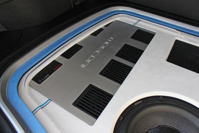 大型パワーアンプは部分的にオーディオボードの下に隠すという高度なデザイン処理を施して立体感を強調する。