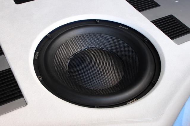 サブウーファーにはモレルのウルティマTi104をチョイス。フロントスピーカーとブランドを統一することでサウンドをまとめた。