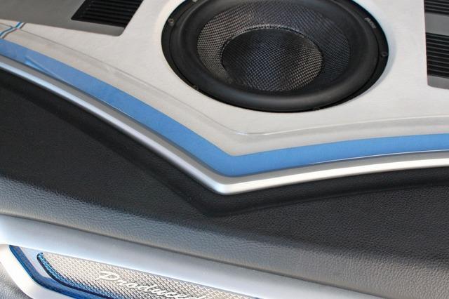 オーディオボードの外周部を見るとエグリられたように一段落とし込んだ外枠が見える。フラットなデザインに変化を与えるポイントだ。