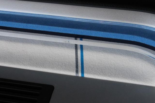 ブルーとパープルのピンストライプを加えているのも、このラゲッジの特徴。わずかな処理ながら全体の雰囲気をぐっと高めている。