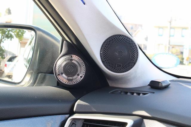 Aピラーとドアミラー裏を使ったミッドレンジ&トゥイーターのインストール。3ウェイシステムならではのデザインが印象的だ。