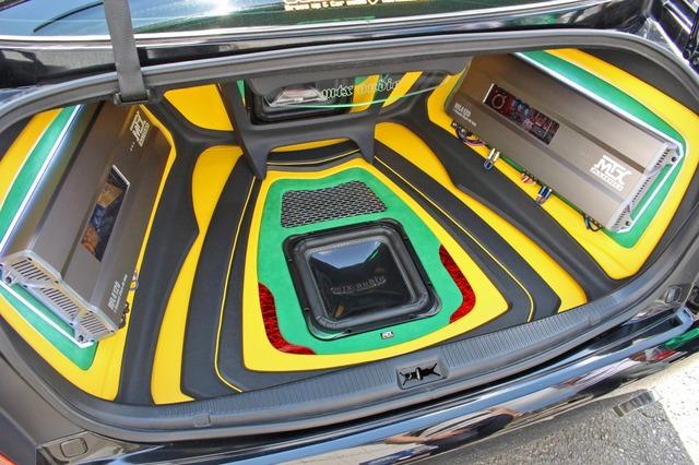 トランク内をフルに使ってインストールしたオーディオ。放射線状に流れるラインを使って実物以上の奥行き感を出している。