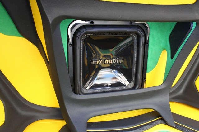 前方のウォールにインストールされたMTXオーディオの角型サブウーファー。手前のフローティング構造のフレームも手が込んでいる。