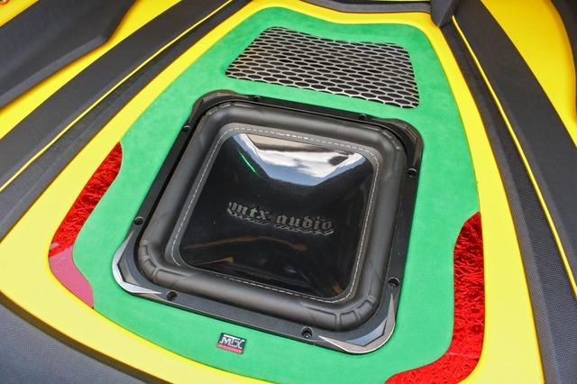 フロアにもMTXオーディオのサブウーファーをインストール。手前のコーナー部分に効果的に赤を使った処理も光る。