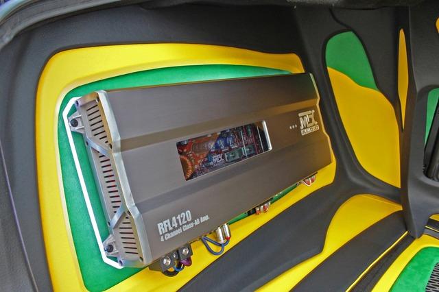大型のパワーアンプを左右のウォールにインストールするスタイルで、一層トランクルームの奥行き感を強調している。