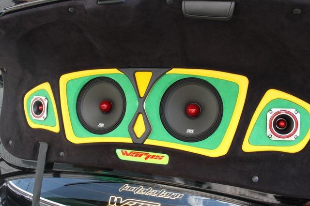 トランクリッドの裏側にはこのように外向きスピーカーをインストール。バッフル面の緑×黄に加えユニットの赤の差し色を利用した。