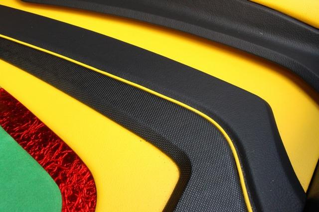 グリーン、レッド、イエローのパネルに加えて、パンチングレザーや通常のレザーを使い分けた積層したパネル構造が圧巻だ。