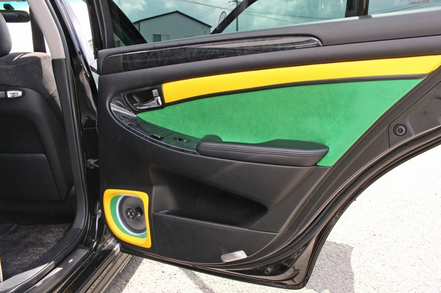 イエローとグリーンを使った鮮烈なデザインのドア、境目にはブラックのラインを加えることで鮮やかさを一層増した。