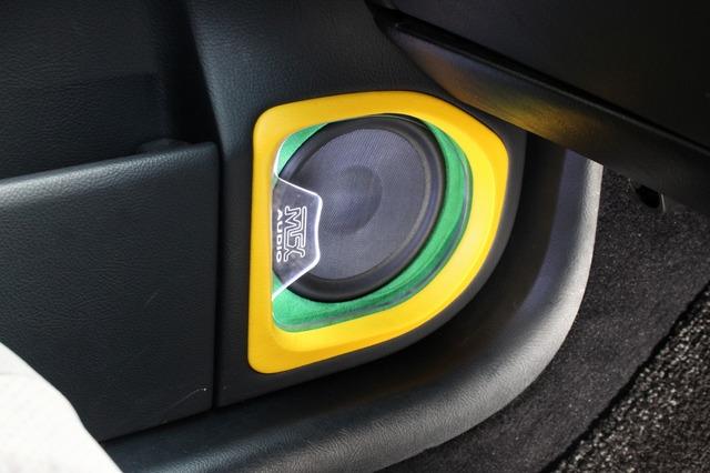 スピーカーの周囲にはアクリルを使ったイルミを配置。間接照明で振動板を照らし出している。