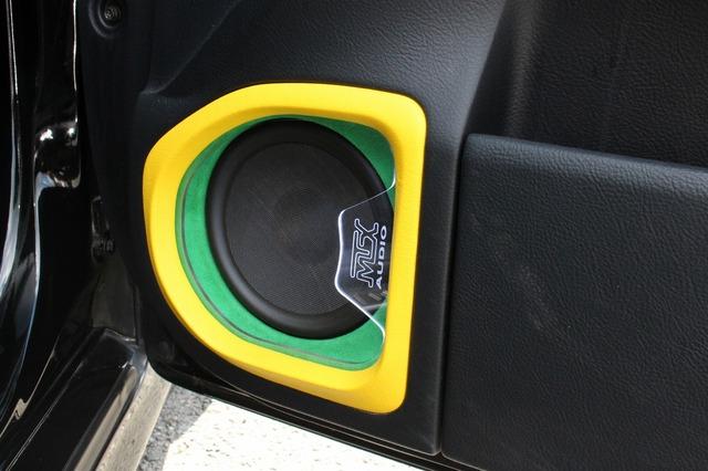 ドアにはアウターバッフル化されてMTXのミッドバスがインストールされている。色使い&アクリル使いで個性的なデザインとした。