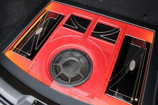 アクリルのカットラインとベースのパネルデザイン、さらにはユニットのレイアウトと魅せる効果満点のラゲッジとなった。