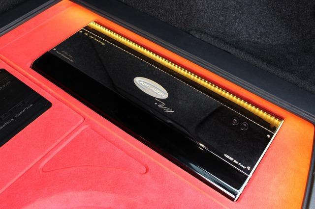 右サイドに縦置きされるARCオーディオのパワーアンプ・4200SE-Trad 10周年限定モデル。大型モデルならではの存在感がある。