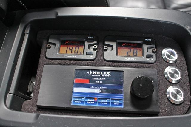 センターコンソールの内部に設置されているヘリックスのダイレクター。電圧計もビルトインする。