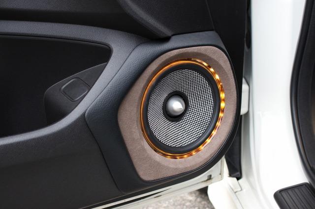 レザーで周囲をカバーして純正ドアとの違和感ないつながりを演出。ブラウン系のバッフルとカーボン系振動板のコントラストも美しい。