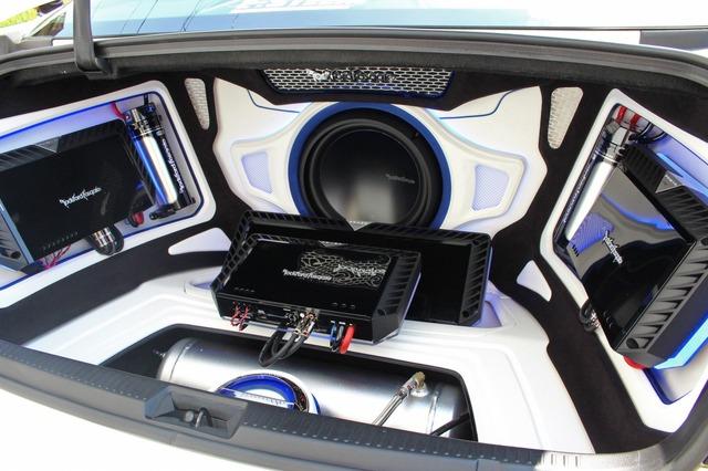 ホワイト、ブルー、ブラックを配置してレイアウトしたトランクデザイン。外装とのカラーリングによるコーディネイトで見せる。