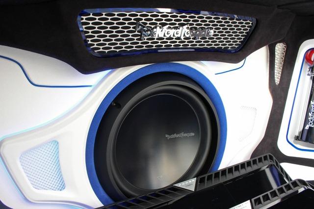サブウーファーにはロックフォードのT1D412をチョイス。バッフル面には細かな造形が施され、間接照明を使ったイルミ効果も込める。