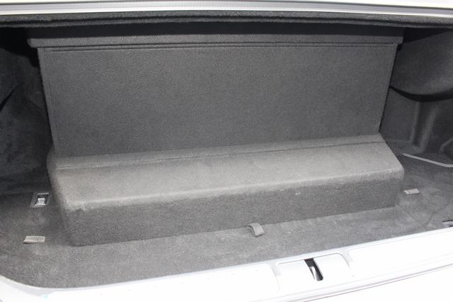 トランクルームの奥に設置されているのがアンプラック&エンクロージャーだ。シンプルな作りでオーディオユニットを感じさせない。