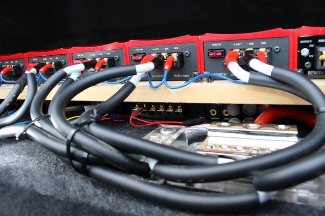 アンプラックもよく見ると二段構造になっている。下段にはビーウィズのプロセッサーであるA6 PROを2台インストールしている。