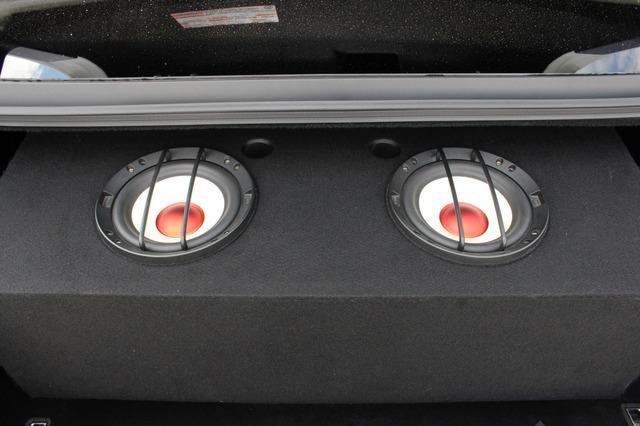 エンクロージャーはトランク上面ギリギリのサイズで設計されている。普段は振動板は奥に隠れていて見ることはできない。