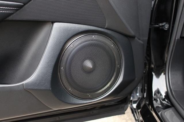 ミッドバスはドアにアウターバッフルで取り付けられる。ドアパネルのデザインを踏襲したバッフルデザインは細かな処理も美しい。