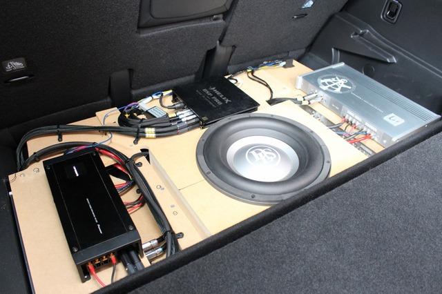 ラゲッジのフロア下にはオーディオボードが組まれ、数多くのユニットを効率良くインストールした。