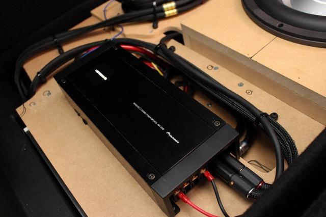 サブウーファー用のパワーアンプにはカロッツェリアのD-700をチョイスした。