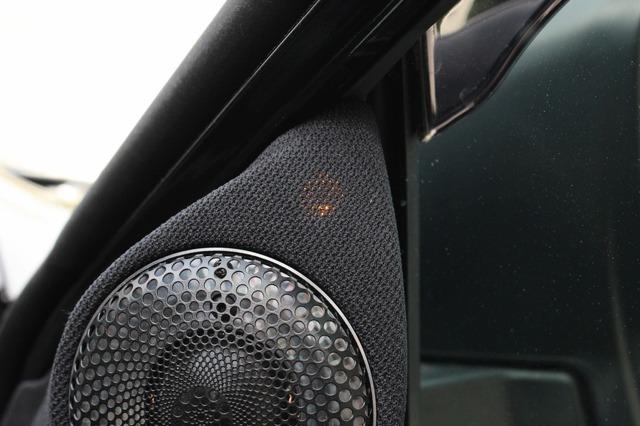純正機能であるドアミラー裏に設置された警告灯はワンオフしたトゥイーターパネルに移設され、しっかり機能するのも見どころ。