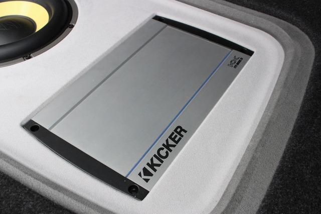 パワーアンプにはキッカーの5チャンネルアンプであるKX800.5をインストール。シンプルなデザインもラゲッジの雰囲気に合う。