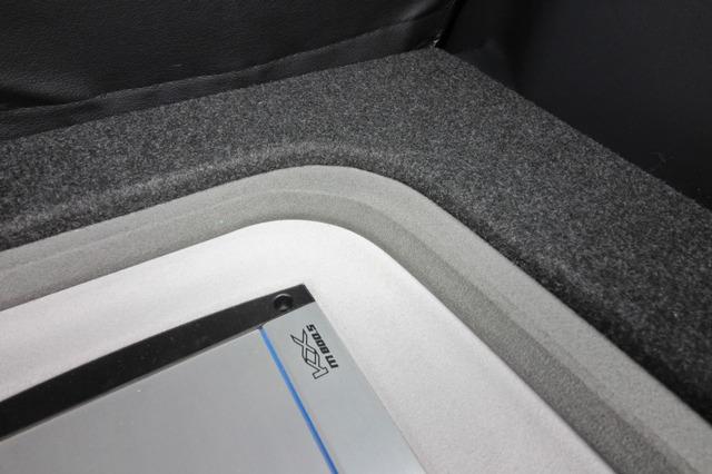 オーディオボードの周囲にはグレーで処理したベゼル部を設ける。デザイン的にアウトラインを強調してボードをクッキリ見せている。