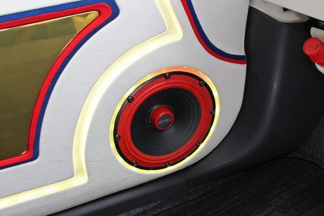 ドアの純正スピーカー取り付け位置にはサーウィンベガのミッドバスを取り付け。デザイン性豊かなユニットで存在感も満点。