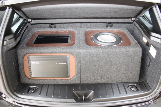 右サイドにはサブウーファー、左サイドにはパワーアンプをインストールする機能的かつデザイン性に富んだボックス。