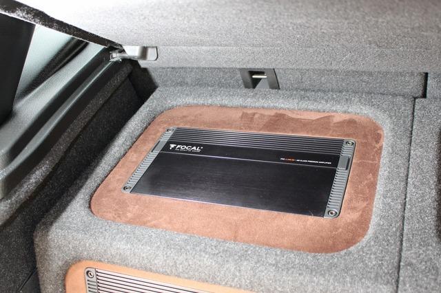 天板には埋め込まれているのはフォーカルのパワーアンプ・FPX4.400SQ。ブラウンの生地で周囲を彩るのアクセントが効果的。