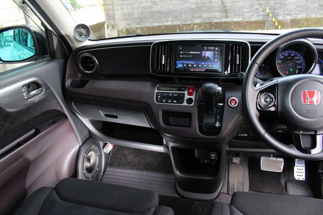 フロントスピーカーにはカロッツェリアのTS-Z1000RSをチョイス。インテリアに溶け込むドア&Aピラー取り付けが美しい。