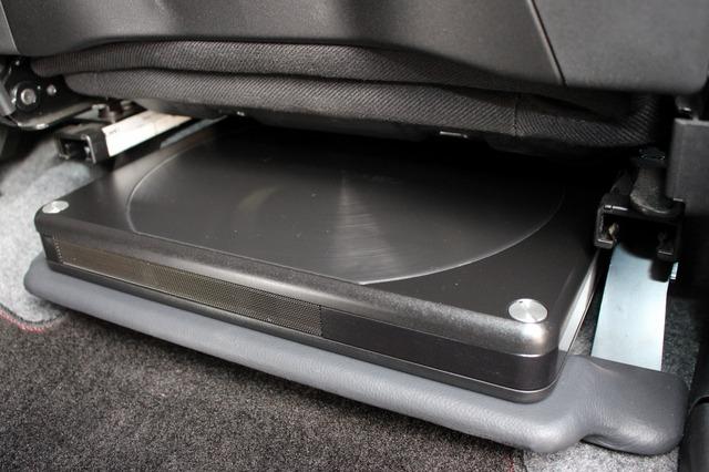 運転席のシート下に設置したサブウーファー・TS-WH1000A。フロア形状に合わせてワンオフしたベースマウントの上に固定されている。